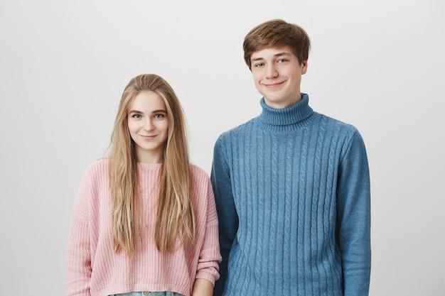 暖かいニットセーターを着て美しい幸せなカップル