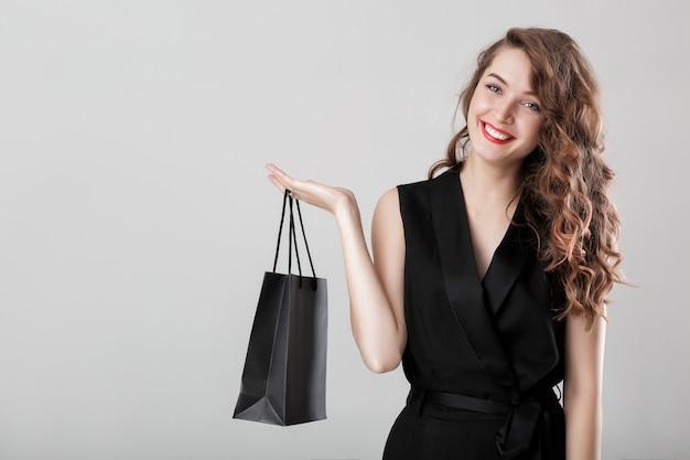 쇼핑 가방 복사 공간 전체 우아한 검은 색의 아름 다운 행복 곱슬 여자