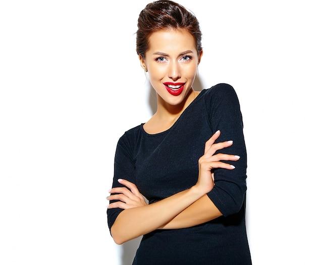 白い壁に赤い唇とカジュアルな黒のドレスで美しい幸せかわいいセクシーなブルネットの女性