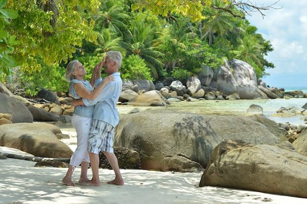 열대 리조트에서 춤추는 아름다운 행복한 노부부