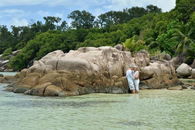 美しい幸せな老夫婦は熱帯のリゾートで休む