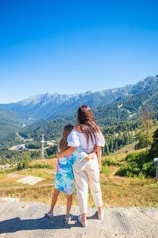 山の美しい幸せな家族。美しい風景