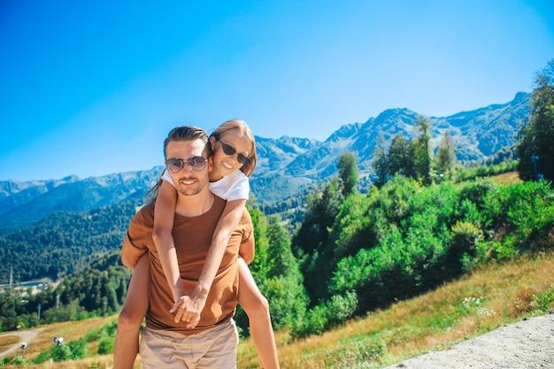 안개 배경 산에서 아름 다운 행복 한 가족