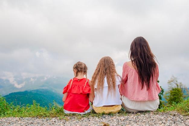 Красивая счастливая семья в горах в сцене тумана, красивый пейзаж
