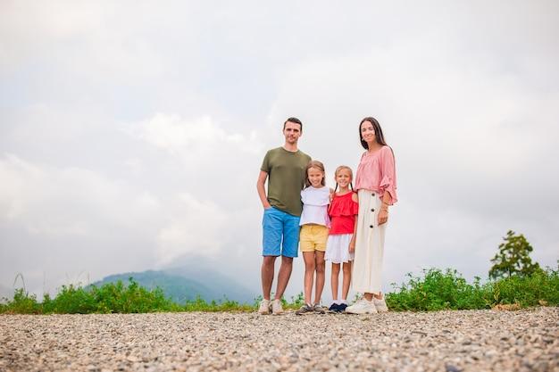 Красивая счастливая семья в горах