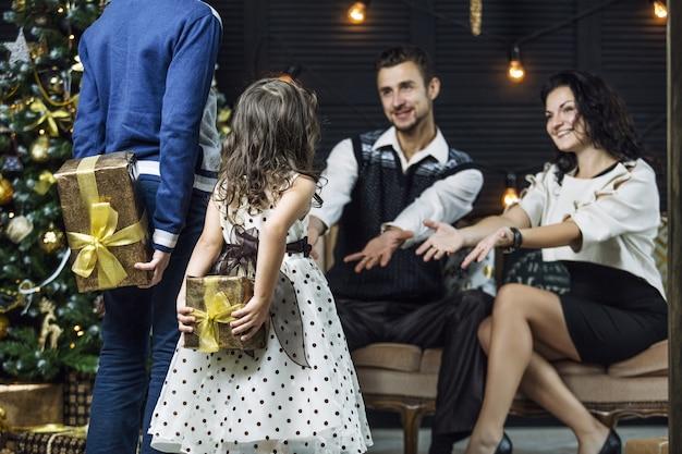 아름다운 행복한 가족 어머니 아버지 아들과 딸이 집에서 함께 크리스마스를 축하하기 위해