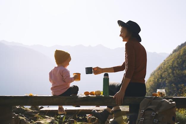 야외에서 아름 다운 행복 한 가족 엄마와 딸 산에서 피크닉