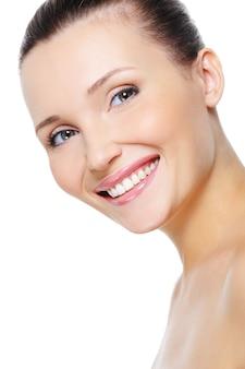 健康的な白い笑顔で美しい幸せな女性の顔