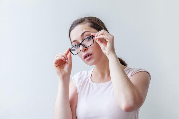 웃 고 아름 다운 행복 한 소녀입니다. 흰색 배경에 고립 된 안경에 아름다움 간단한 초상화 젊은 웃는 갈색 머리 여자.