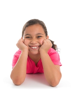 Красивая счастливая девушка улыбается