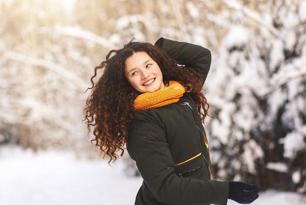 화창한 날에 겨울 공원에서 긴 머리를 가진 아름 다운 행복 소녀