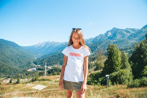 山の美しい幸せな少女