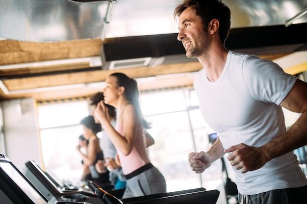 체육관에서 함께 운동하는 아름다운 행복한 사람들