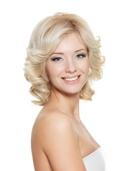Bellissimo ritratto felice di una giovane donna bionda adulta - isolata on white