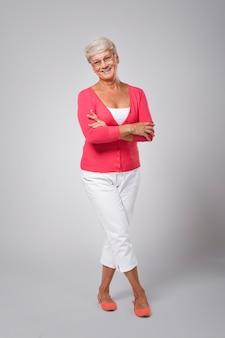 Bella donna senior felice che indossa vestiti di moda