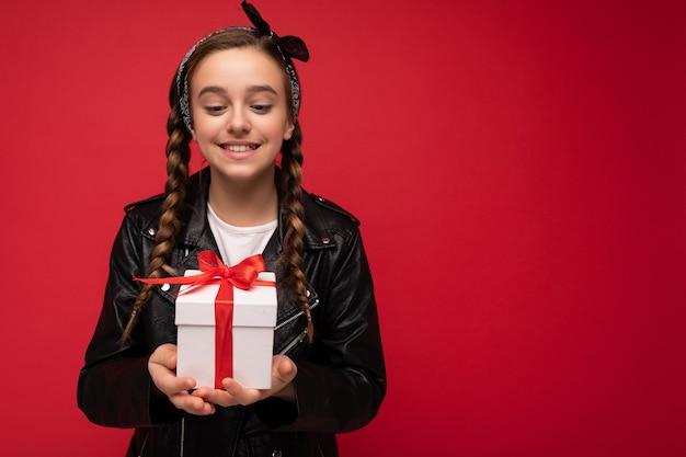 아름 다운 행복 미소 벽 여성 아이 흰색 입고 빨간 벽 벽 위에 절연