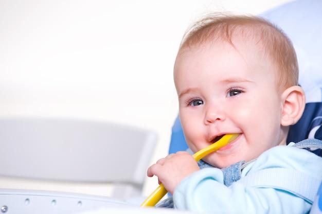 スプーンで美しい幸せな幼児