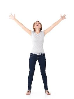 Bella donna felice che celebra il successo essendo un vincitore con l'espressione energica dinamica isolata su bianco
