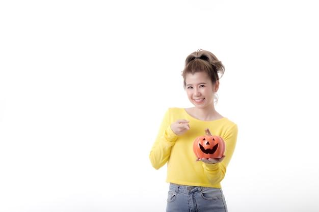 Красивая счастливая женщина, держащая тыкву в теме хэллоуина на белом фоне