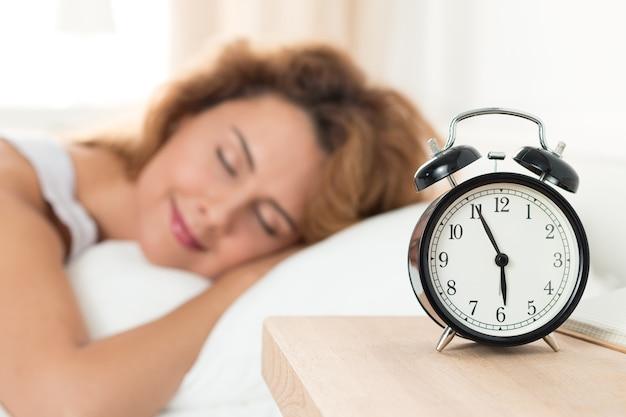 眠っている美しい幸せな女性