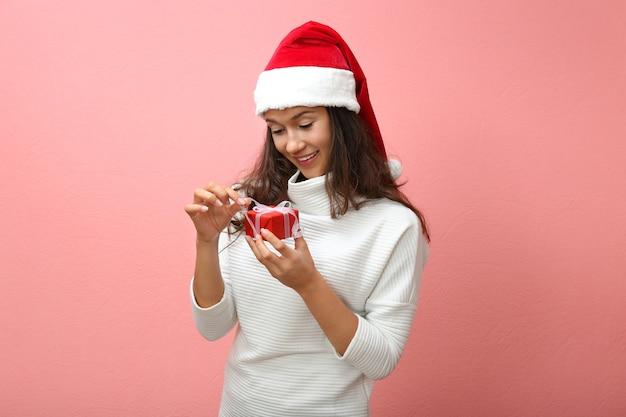 クリスマスプレゼントの美しい幸せな女性