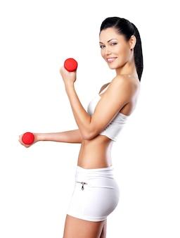 ダンベルを持つ美しい幸せな女性-健康的なライフスタイルの概念。