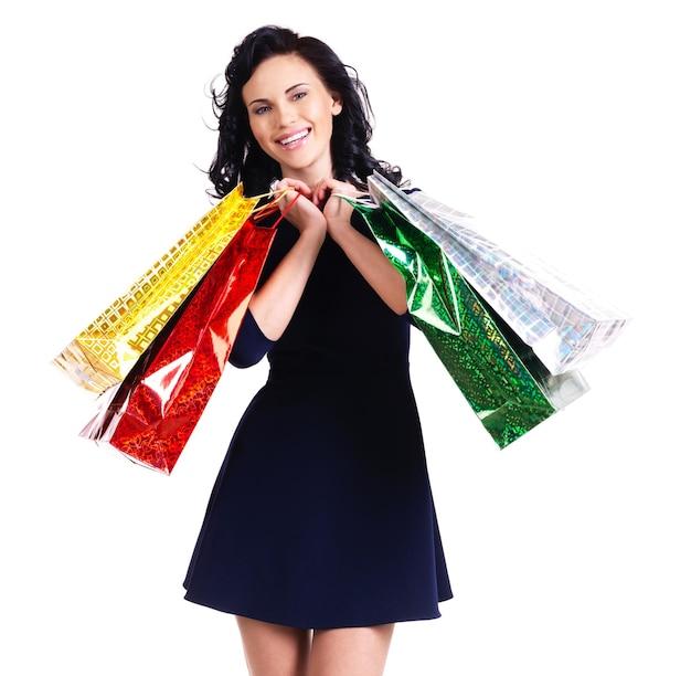 흰 벽에 고립 된 쇼핑 가방과 함께 아름 다운 행복 한 여자.