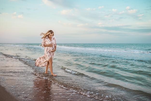 아름 다운 행복 한 젊은 임신한 여자