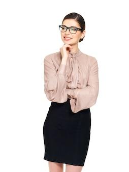 Красивая счастливая молодая женщина в очках и бежевой рубашке с черной юбкой, изолированные на белом фоне
