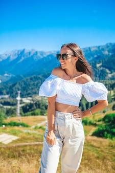 山の美しい幸せな若い女性