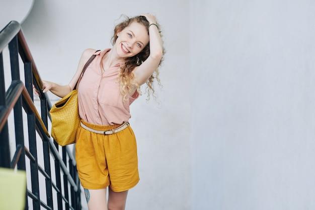 美しい幸せな若い女