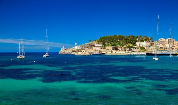 灯台とヨットのある美しい港
