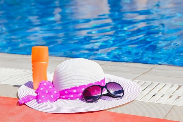 Красивая шапка у бассейна с кремом и очками