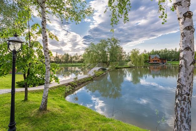 Красивый дом на озере в лесном свете