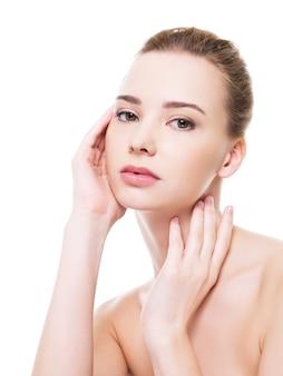 Bello fronte della donna di salute con la pelle pulita di purezza - isolato su bianco