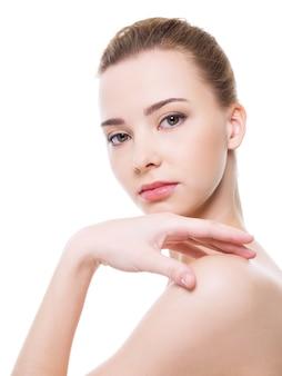 きれいな純度の肌を持つ美しい健康女性の顔
