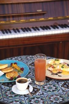 2人用のレストランでの美しい健康的な朝食