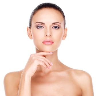 신선한 피부를 가진 젊은 예쁜 백인 여자의 아름다운 건강한 얼굴-흰색에 고립