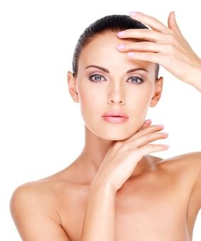 Красивое здоровое лицо молодой довольно белой женщины со свежей кожей - изолированные на белом