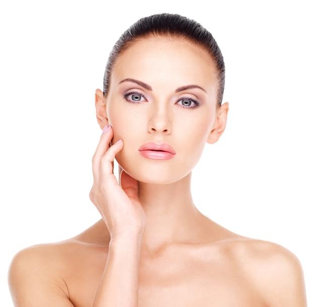 신선한 피부를 가진 젊은 예쁜 백인 여자의 아름다운 건강한 얼굴