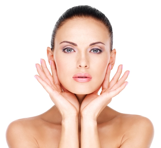 Bel viso sano della giovane donna abbastanza bianca con pelle fresca - isolato su bianco