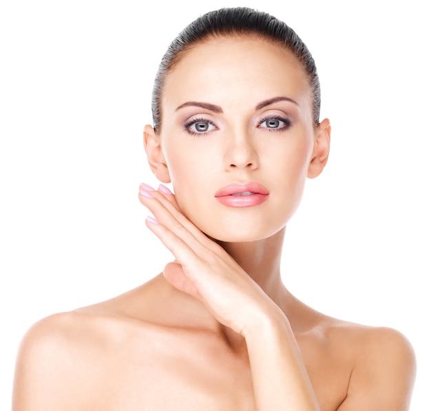 Bel viso sano della giovane donna piuttosto bianca con la pelle fresca