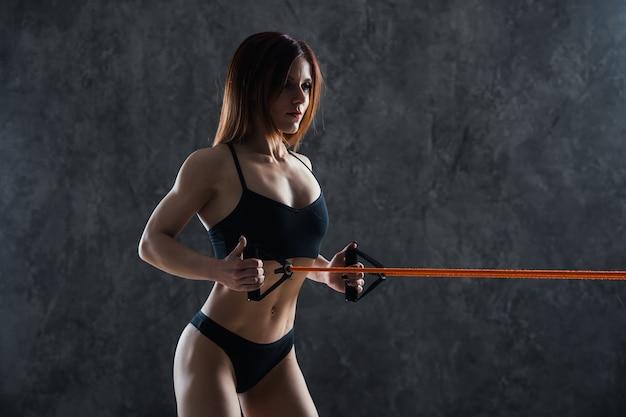 ロープで運動する美しい健康的なフィットネス女性