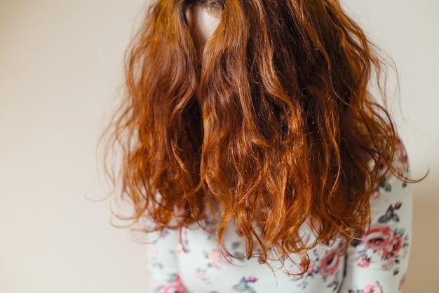ヘナで染められた美しく、健康で、長く、巻き毛の、赤い髪。プロのヘアケア。