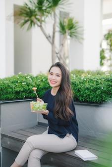 サラダを食べる美しい健康な女性、ダイエットの概念。健康的な生活様式。