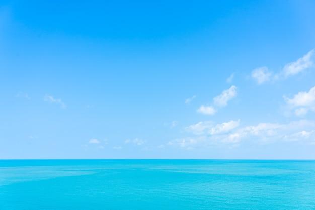 여행 휴가를위한 흰 구름 푸른 하늘과 아름다운 높은보기 열대 바다 바다