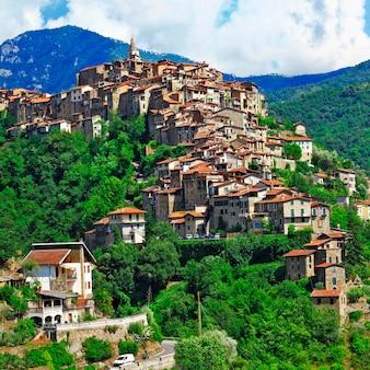 Красивая деревня на вершине холма априкале, лигурия, италия