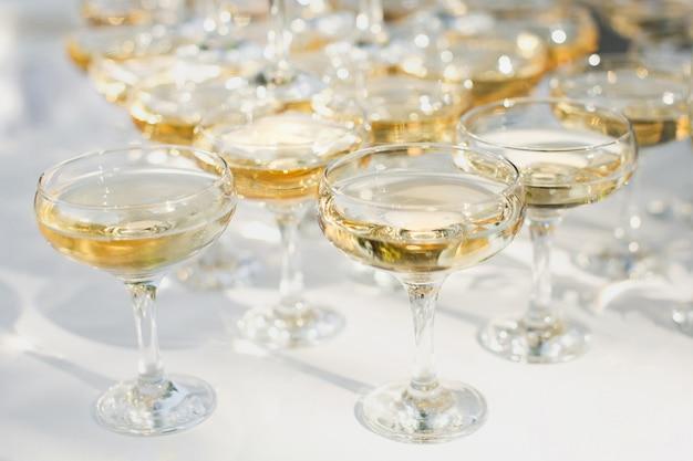 Красивая горка с шампанским на банкет для молодоженов.