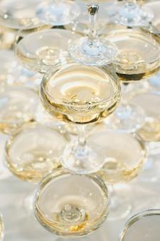 Красивая горка с шампанским на банкете для молодоженов.