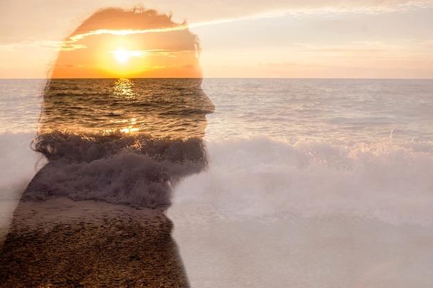 Красивый битник портрет красочного бородатого человека на море фона на синем фоне для дизайна образа жизни. праздничный фон. концепция серфера. природный пейзаж. отражение воды заката.